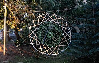 Jalousie-Ring als Traumfänger im Garten